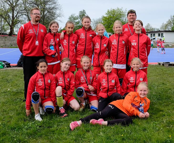 """Skedsmo J04 leverte så det holdt i Fredrikstad Cup. Det ble 9 seiere på 10 kamper for Skedsmo 1 og Skedsmo 2, og begge lagene stakk av med """"puljeseieren"""" i hver sin pulje.  Utrolig underholdene og litt slitsomt å se på når jentene setter sperrer for hverandre, leverer høyre/venstre finter med overslag og spiller inn til strek, for så å stikke av med seieren Uttrykksikonet smile Vi gleder oss allerede til neste år!"""