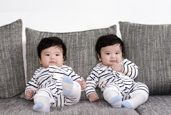 Bé sinh đôi 1