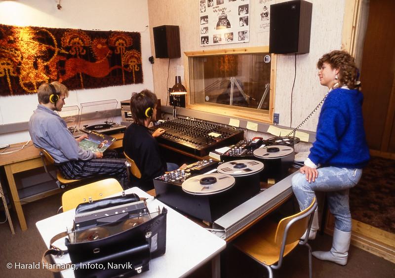 """Studentradioen, Radio Stroganoff. Narvik ingeniørhøgskole. Bilde tatt til slides-serie for å promotere skolen i ulike sammenhenger. Bilde tatt i 1985 eller senere. Ekspertisen (=Ketil Schjødt) sier at plata som han til venstre holder er en 12"""" singel med David Lee Roth: """"Crazy from the heat"""". Og den kom ut  1985."""