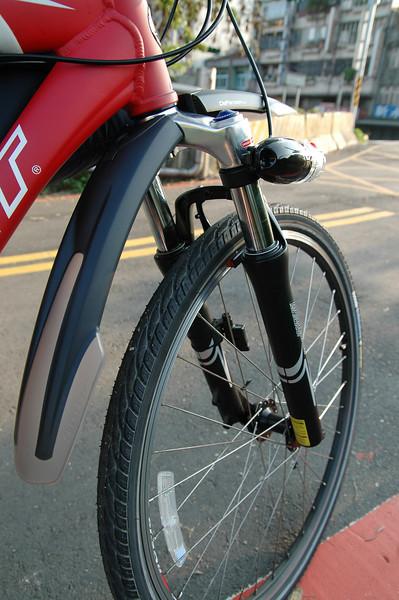 出發前一天才買的Topeak Defender快拆式前泥除,輪胎是Maxxis一級防刺胎