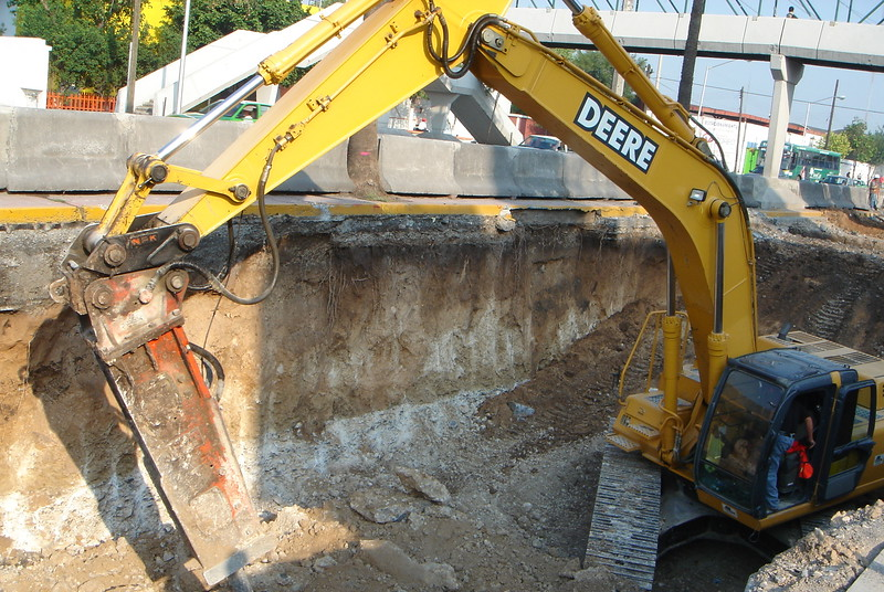 NPK E220 hydraulic hammer on Deere excavator (3).JPG