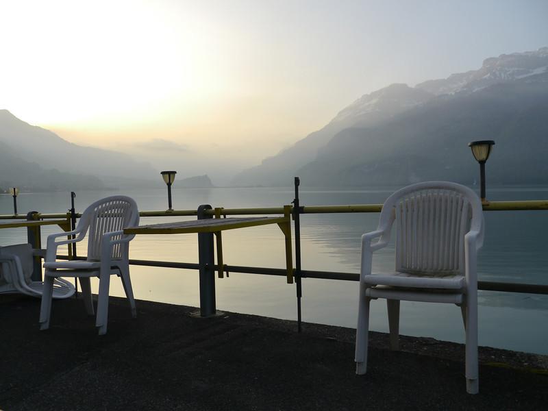 """Sitzplätze/Tischchen am """"hauseigenen"""" Seeufer"""