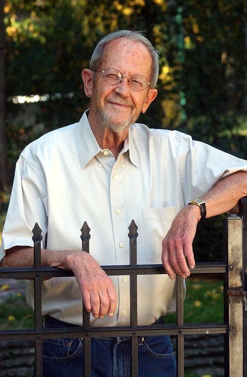 . Author Elmore Leonard outside of his Bloomfield Hills home, Friday November 4, 2005.