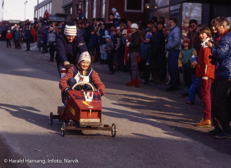 Bilde fra Vinterfestuka, ikke klart årstall. Det kan ha vært tidlig 80-tall. Ola-bil-løp i Kongens gate fra Grand til Kreditkassen.