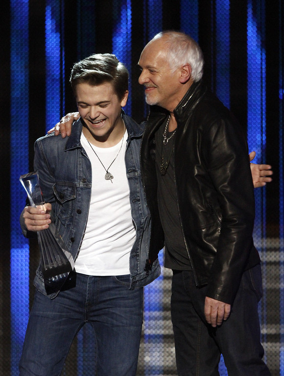 ". Hunter Hayes accepts his award as he\'s congratulated by Peter Framptom at the CMT ""Artists of the Year\"" show held at the Music City Center on Tuesday, Dec. 3, 2013, in Nashville, Tenn. (Photo by Wade Payne/Invision/AP)"