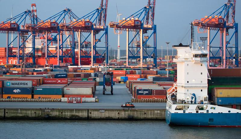 Containerterminal Burchardkai Container und Containerschiffe
