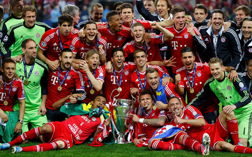. Bayern Munich players celebrate with the trophy after winning the Champions League final soccer match at Wembley stadium in London May 25, 2013. Bayern Munich beat Borussia Dortmund 2-1 in an all-German Champions League final on Saturday to become European champions for the fifth time.                        REUTERS/Michael Dalder