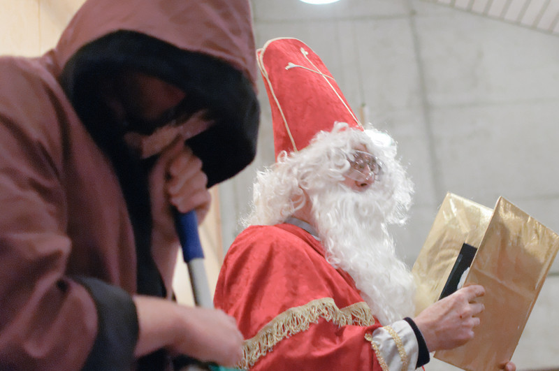 Der Nikolaus las die Namen der Kinder aus seinem goldenem Buch vor...