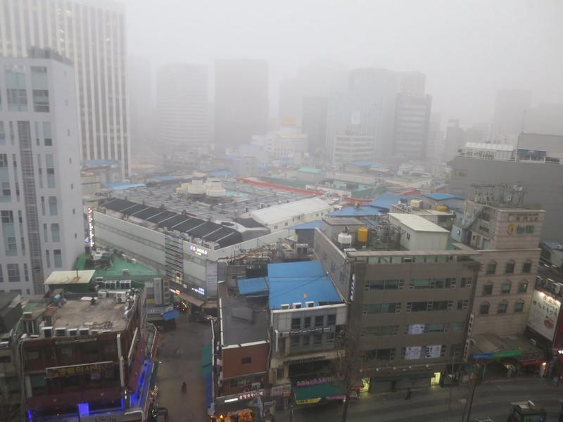 Uitzicht vanuit hotelkamer. Seoul heeft veel last van smog uit China.