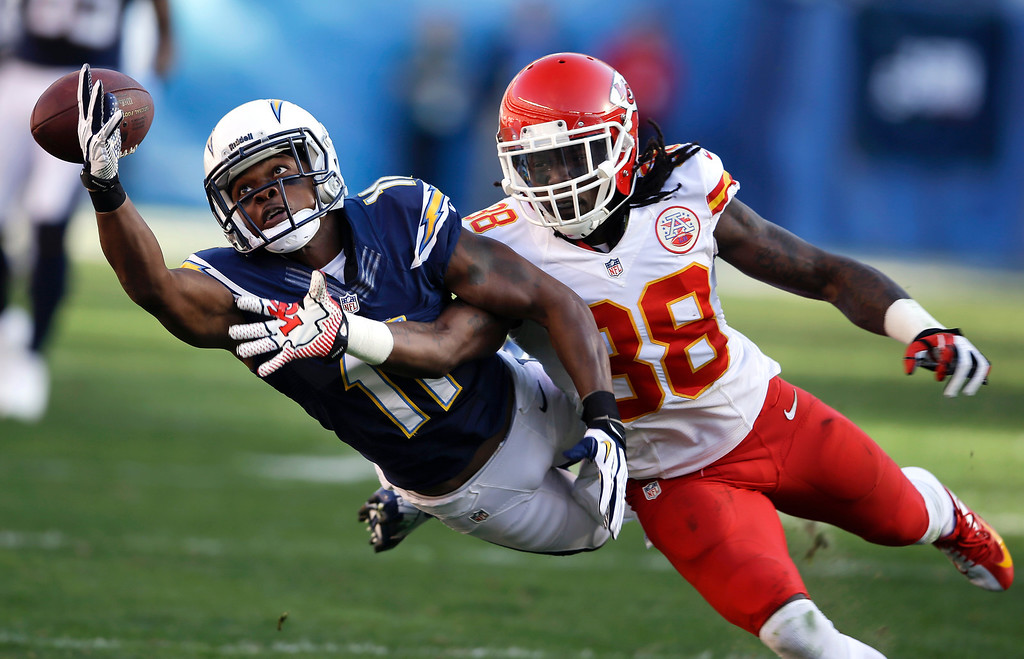 . San Diego Chargers wide receiver Eddie Royal, left, can\'t hold on to a pass as Kansas City Chiefs defensive back Ron Parker defends during the second half of an NFL football game, Sunday, Dec. 29, 2013, in San Diego. (AP Photo/Lenny Ignelzi)