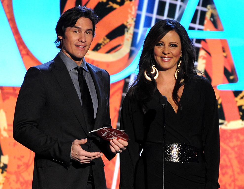 . Joe Nichols, left, and Sara Evans present the award for single of the year at the American Country Awards at the Mandalay Bay Resort & Casino on Tuesday, Dec. 10, 2013, in Las Vegas, Nev. (Photo by Frank Micelotta/Invision/AP)