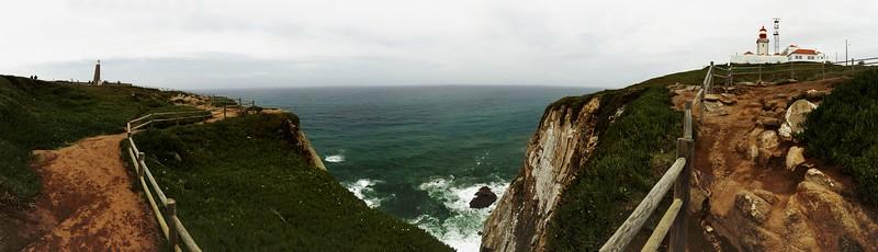 Zhruba stoosmdesátistupňové panoráma útesů na Cabo da Roca. Střed snímku míří takřka přesně na západ. Další zastávka - New Jersey nebo Maine nebo tak něco.