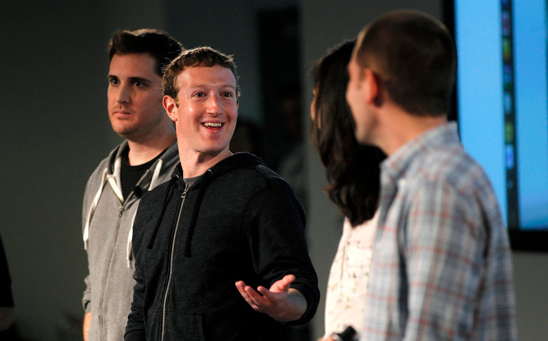 . Facebook CEO Mark Zuckerberg gestures to members of the News Feed design team during a media event at Facebook headquarters in Menlo Park, California March 7, 2013. REUTERS/Robert Galbraith