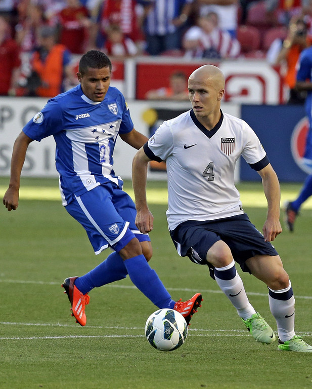 . Honduras\' Roger Rojas (21) defends against United States\' Michael Bradley (4) in the first half during a World Cup qualifying soccer match at Rio Tinto Stadium on Tuesday, June 18, 2013, in Sandy, Utah. (AP Photo/Rick Bowmer)