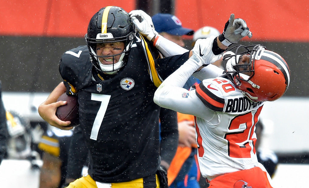 . Pittsburgh Steelers quarterback Ben Roethlisberger (7) runs for a first down under pressure from Cleveland Browns cornerback Briean Boddy-Calhoun (20) during the first half of an NFL football game, Sunday, Sept. 9, 2018, in Cleveland. (AP Photo/David Richard)