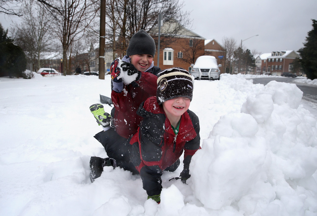 . Children play in the snow as local schools are closed because of a snow storm February 13, 2014 in Alexandria, Virginia. The Washington, DC, area is embracing the biggest sown storm in four years. Most of the metropolitan area has received almost a foot of snow so far.  (Photo by Alex Wong/Getty Images)
