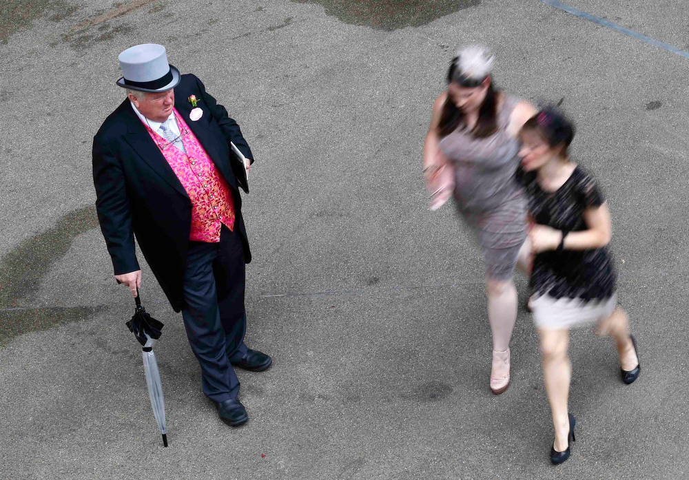 . Racegoers arrive for Ladies\' Day at the Royal Ascot horse racing festival at Ascot, southern England June 20, 2013.  REUTERS/Darren Staples