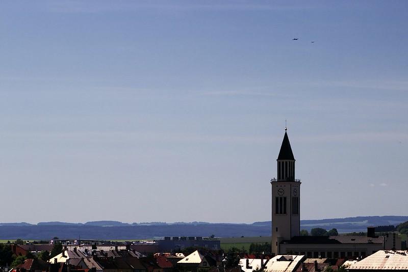 Z nedalekého letiště nad kostelem sv. Cyrila a Metoděje roztahuje vlečná větroně