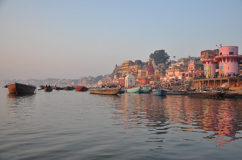 Varanasi-VisitorsOnBoat.jpg