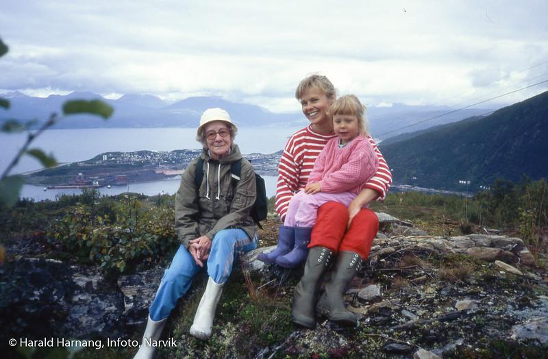 På tur med turistforeninga, opp langs slalomtraseen på Ankenes. Til venstre ? Skanke?, omlag 90 år, som gikk som en duracellkanin, mens 15-åringene måtte gi tapt noen hundre meter oppe i bakkene. Husker heller ikke navn på mor og barn til høyre.
