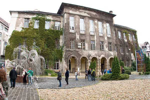 """At the backyard of the synagogue was the """"crying willow"""" for the memory of 6000 Hungarian jewish that  perished in WWII."""