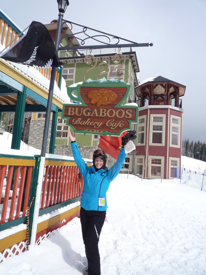 The bakery... need we say more??  The building behind is Snowbird Lodge, the place we are staying.  Yes, there is a private hot tub on every deck.
