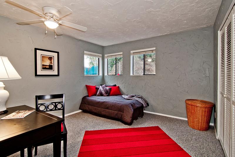 bedroom bottom flr.jpg