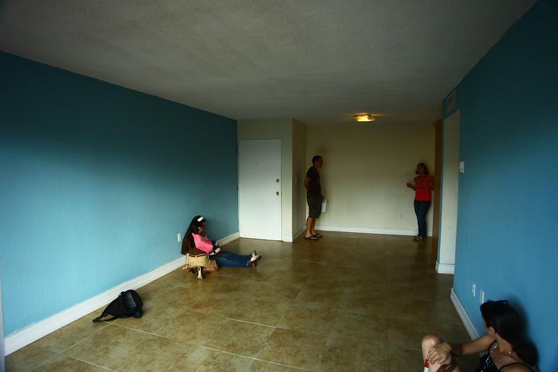 La puerta blanca es la entrada del apto. Mauricio está de frente a la cocina