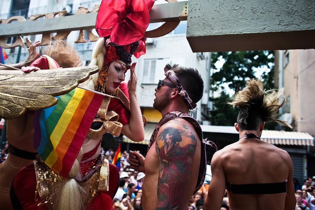 . Dancers chat as they take part in the annual Gay Pride parade in Tel Aviv June 7, 2013.  REUTERS/Nir Elias