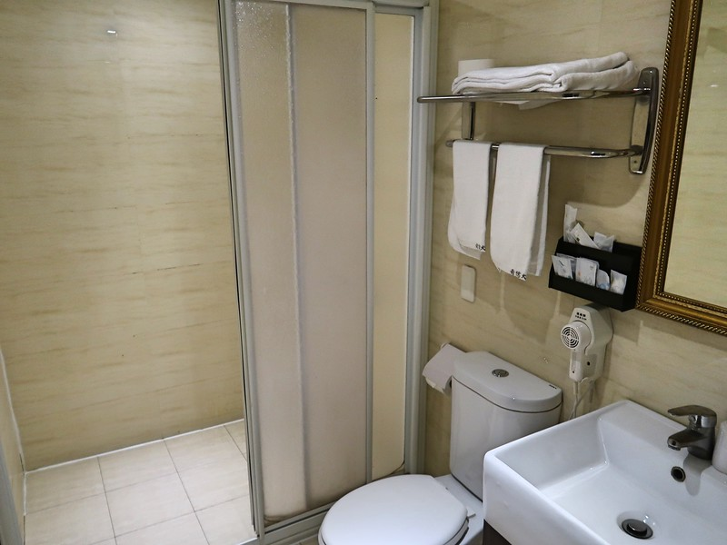 IMG_9949-e-hotel-bathroom.jpg