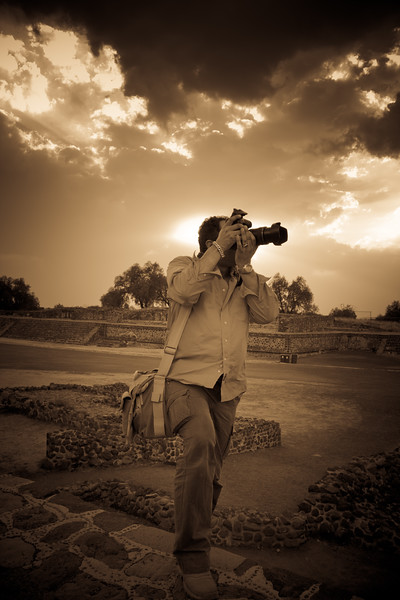 L'Artiste in action in the mystic Teotihuacan at sunset with magnificent backlit. Love the shape of the heart in the dramatic sky in the background. Thank you so much dear Felipe for this so breathtaking and creative capture !!
