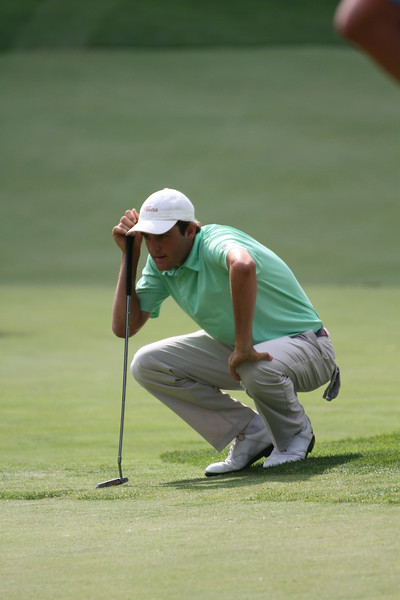 Scottie Scheffler of Dallas, Texas reads the greens before a putt during the second round of the 2014 Western Amateur.