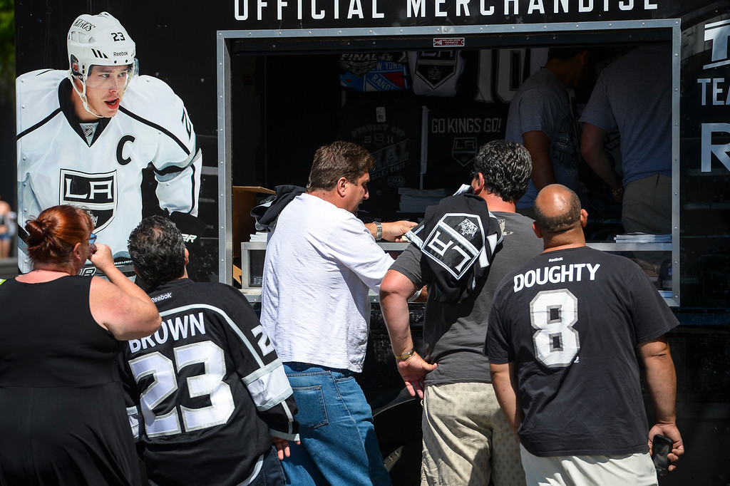 . Fans line up outside of Staples Center for hockey merchandise before the start of Game 1 of the Stanley Cup Finals.   ( Photo by David Crane/Los Angeles Daily News )