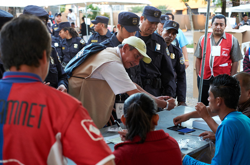 Election day in Santa Ana: <br /> A supervising election official reminds the presidente of this table where the police vote to retain the DUIs (identity cards) until the polls close.