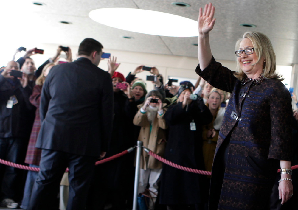 . U.S. Secretary of State Hillary Clinton waves as she departs the State Department for the final time as Secretary of State in Washington February 1, 2013. REUTERS/Yuri Gripas