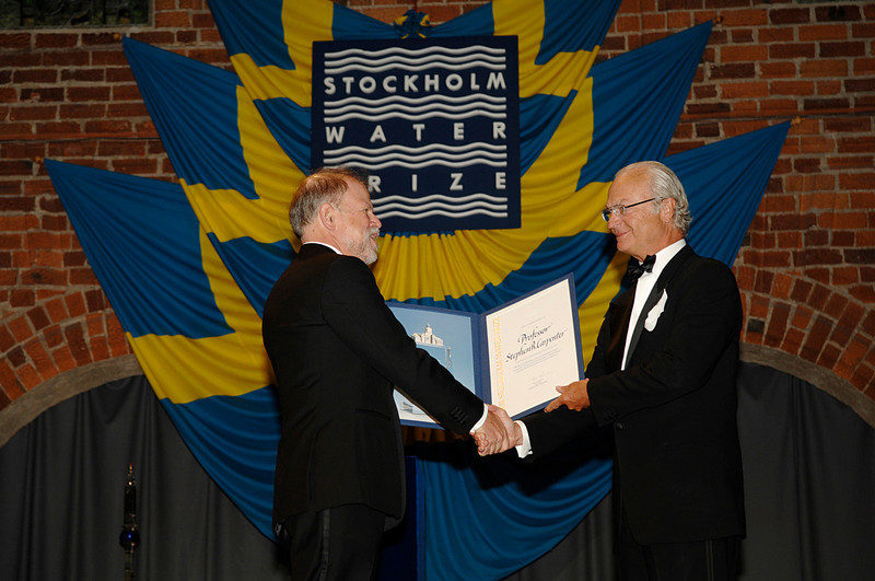 Steve Carpenter receives the Stockholm Water Prize from His Majesty Carl XVI Gustaf, King of Sweden. Photo by the Stockholm International Water Institute under the CrCreative eate Commons license.