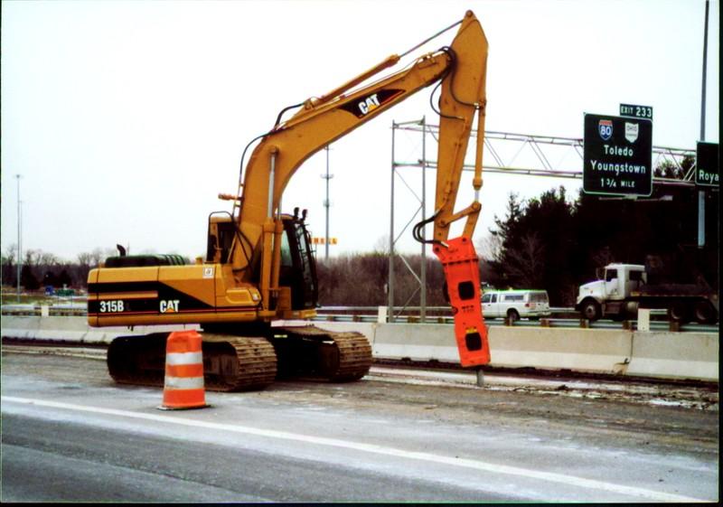 NPK E208 hydraulic hammer on Cat excavator - road construction at 83 & I-71 in Strongsville 12-15-00 (11).JPG