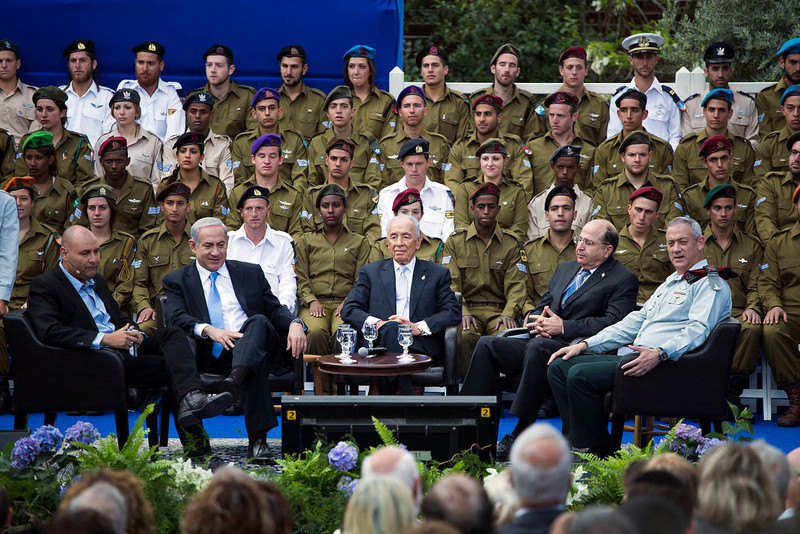 . Israeli Prime Minister Benjamin Netanyahu, President Shimon Peres, Defence Minister Moshe Yaalon and Army chief Benny Gantz (seated 2nd L-R) attend an event to commemorate outstanding soldiers on Israel\'s Independence Day, marking the 65th anniversary of the creation of the state, at the President\'s residence in Jerusalem April 16, 2013.     REUTERS/Ilia Yefimovich/Pool