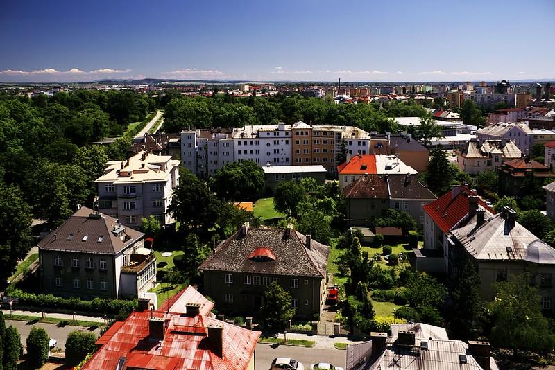 Pohled z hotelu Flora směrem na výhchod, vlevo vzadu jsou vidět Smetanový sady