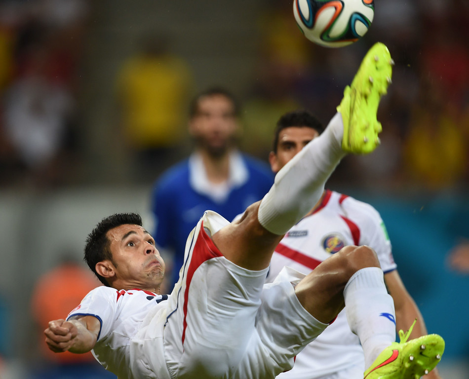 . Costa Rica\'s defender Giancarlo Gonzalez kicks the ball during a Round of 16 football match between Costa Rica and Greece at Pernambuco Arena in Recife during the 2014 FIFA World Cup on June 29, 2014.        AFP PHOTO / PEDRO UGARTE
