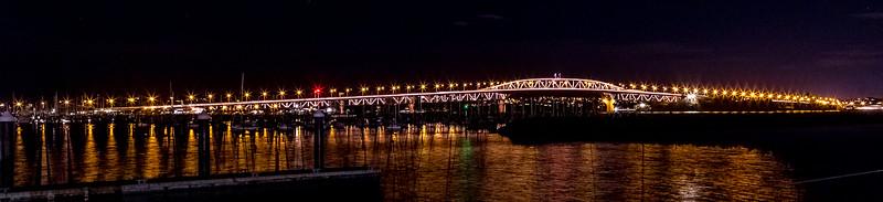 Auckland Harbour Bridge bei Nacht
