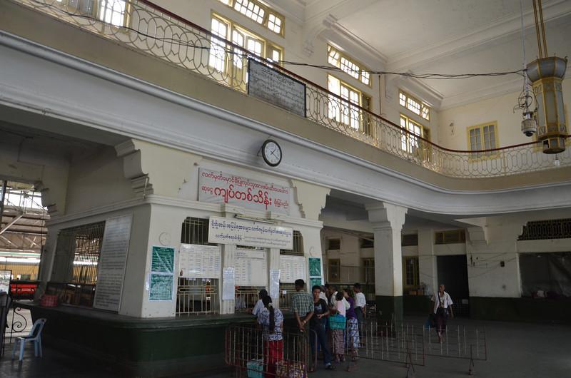 DSC_3604-train-station-ticket-hall.JPG
