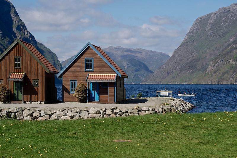 To hus og en fjord. Foto: Geir