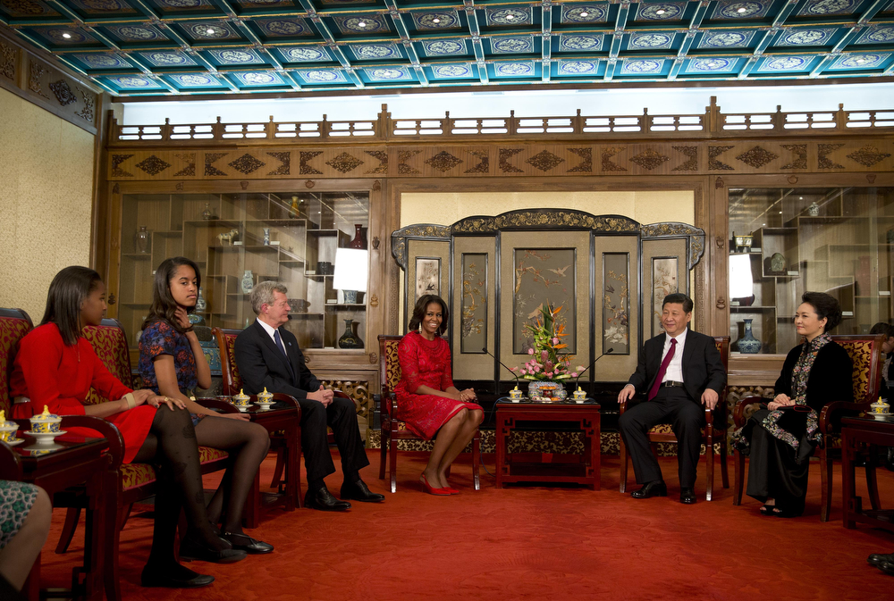 . U.S. First Lady Michelle Obama, her daughters Sasha (L) and Malia (2ndL) and U.S. Ambassador to China Max Baucus (3rdL) meet with Chinese President Xi Jinping and his wife Peng Liyuan (R) during a meeting at the Diaoyutai State guest house on March 21, 2014 in Beijing, China. (Photo by Andy Wong-Pool/Getty Images)