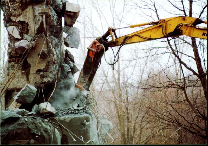 NPK E216 hydraulic hammer on Komatsu excavator at Rt 20 bridge in Ashtabula 12-15-00 (2).JPG