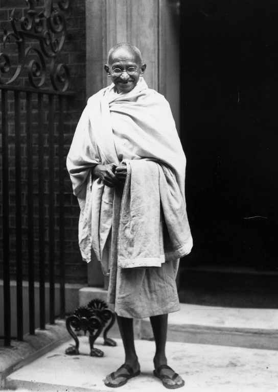 . Indian leader Mahatma Gandhi (Mohandas Karamchand Gandhi), outside 10 Downing Street, London.  He is in London to attend the Round Table Conference on Indian constitutional reform, 3rd November 1931.  (Photo by Central Press/Getty Images)