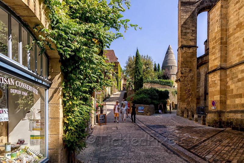 Rue Montaigne and La lanterne des Morts