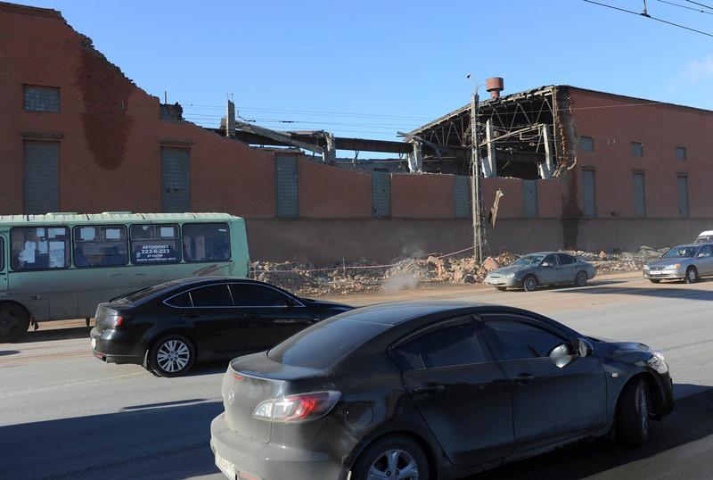 . Cars pass by a zinc factory building with it\'s roof collapsed in Chelyabinsk, about 1500 kilometers (930 miles) east of Moscow, Friday, Feb. 15, 2013. There was no immediate clarification of whether the collapse was caused by meteorites or by a shock wave from one of the explosions. A meteor that scientists estimate weighed 10 tons (11 tons) streaked at supersonic speed over Russia\'s Ural Mountains on Friday, setting off blasts that injured some 500 people and frightened countless more. (AP Photo/Boris Kaulin)