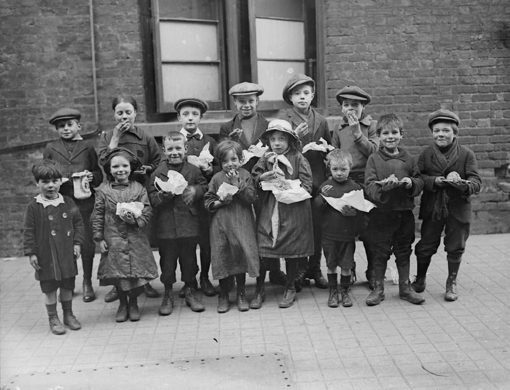 . 3rd March 1917:  Children eating a penny\'s worth of Plum Duff from soup kitchens in Bermondsey, south London.  (Photo by Topical Press Agency/Getty Images)