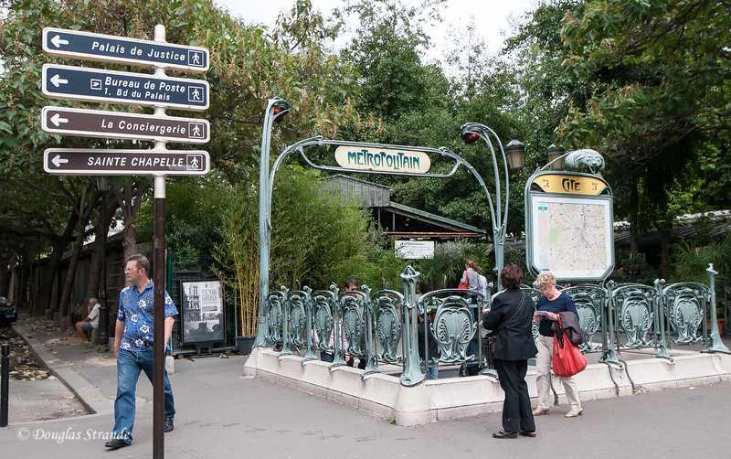 Entrance to Cite Metro Station